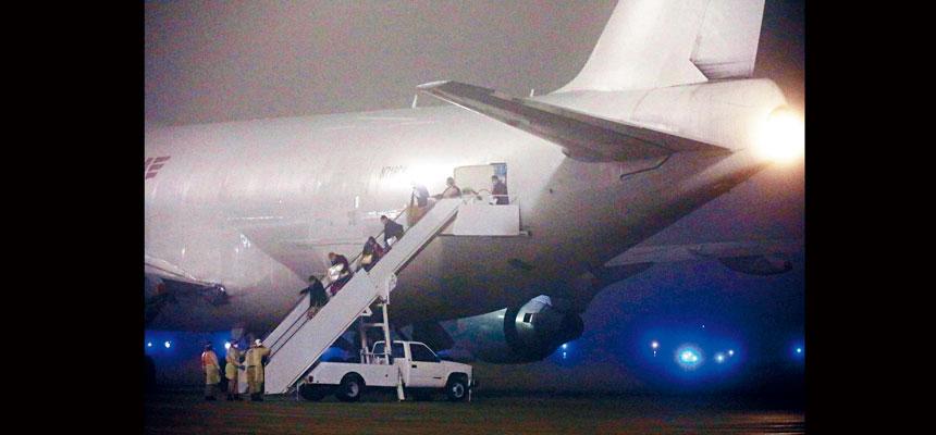 300多名「鑽石公主號」郵輪上的美國人,從日本乘坐兩班包機返美,分別抵達加州和德州的空軍基地,其中14人確診感染新型冠狀病毒,但無病徵。法新社