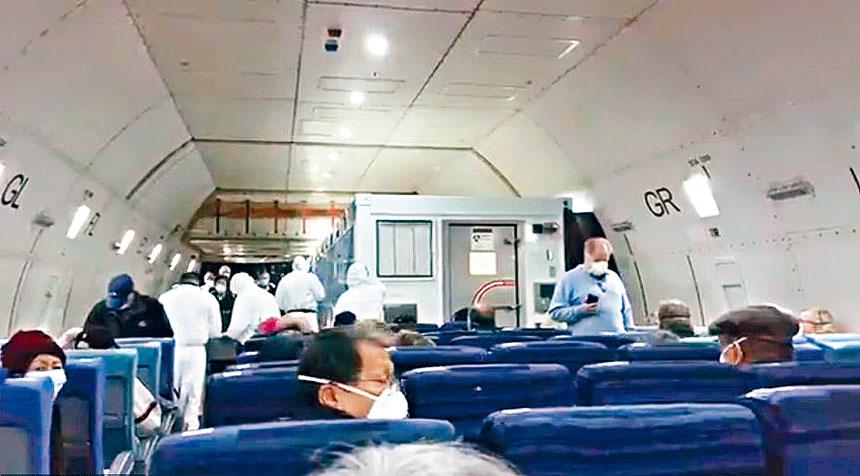 國務院官員指確診感染新型冠狀病毒的14人,是在乘坐巴士前往羽田機場途中,收到日方通知檢測結果呈陽性,於是安排他們坐在包機的隔離室內(圖前方)。Paul Molesky圖片