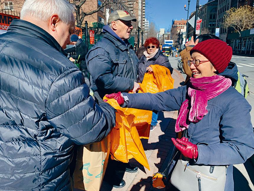 陳倩雯及工作人員在街頭向市民發放可重複使用的環保袋。