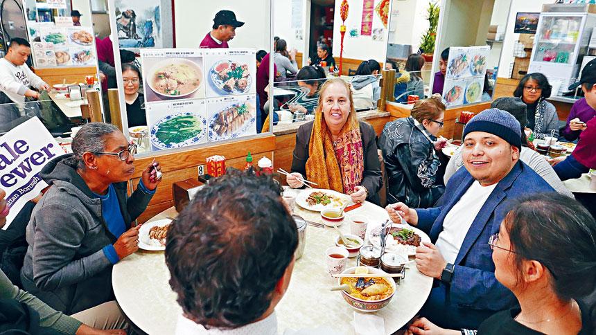 高步邁及工作人員一同在波記潮州小食用餐。