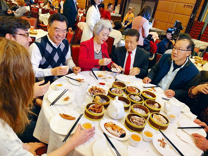 中國駐紐約總領事黃屏在金豐用餐。