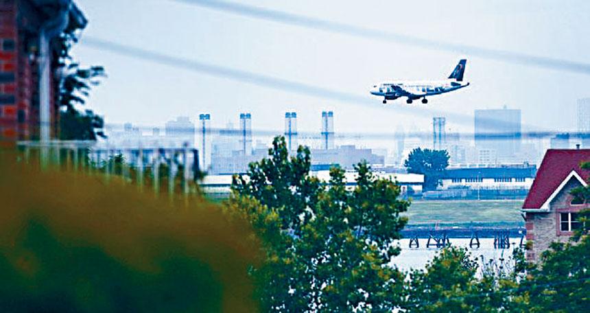孟昭文提案以緩解飛機噪音問題。資料圖片