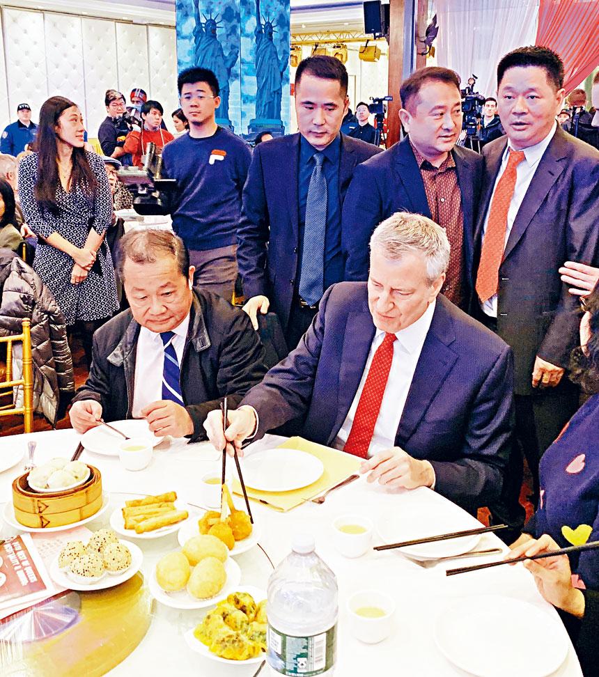 白思豪品嚐廣式飲茶,入鄉隨俗不用刀叉而使用筷子夾包括炸蟹鉗、燒賣等點心。