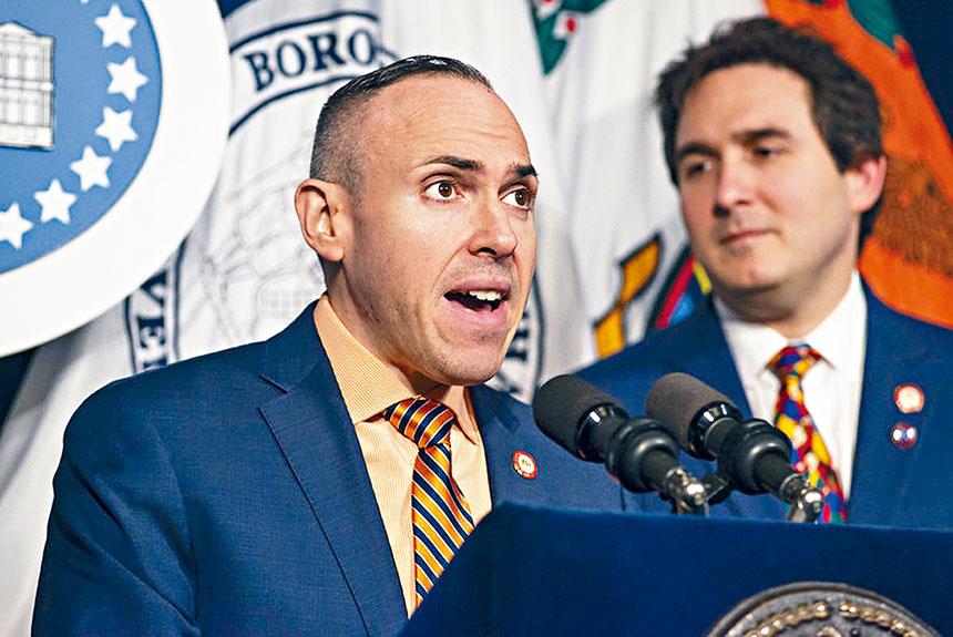 市議員崔馬克(左)。圖片來自崔馬克辦公室