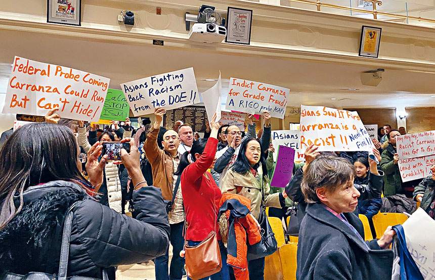 眾多家長攜反對卡蘭扎標語抗議。