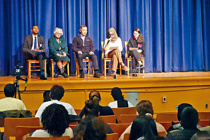 布朗士科學高中昨舉辦州參議員座談會。