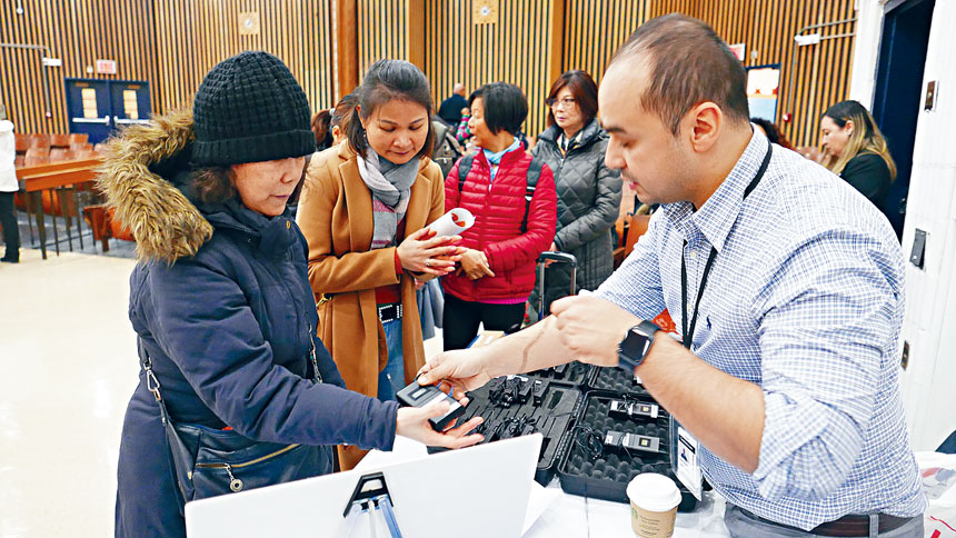 經過去年翻譯機風波,這次會議提供充足國語及廣東話翻譯機,很多華人家長領取翻譯機服務。