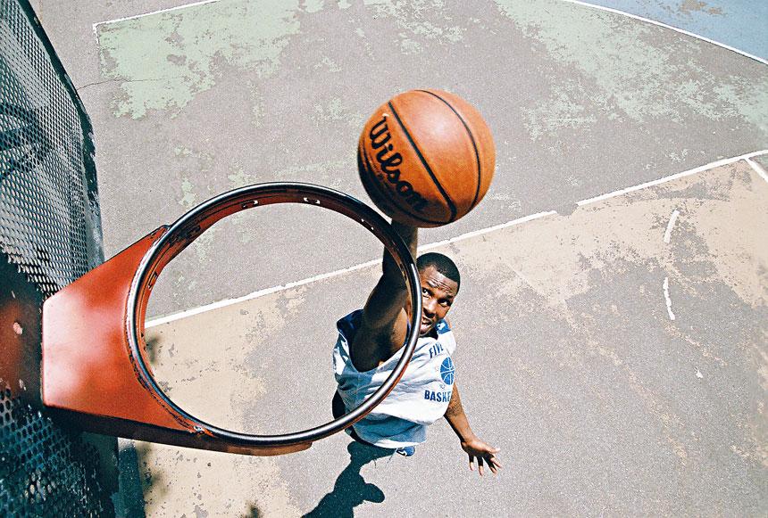 以球員、教練的敘事,及高中、大學和專業比賽立下的事跡,交織出紐約充滿活力的街頭籃球史。