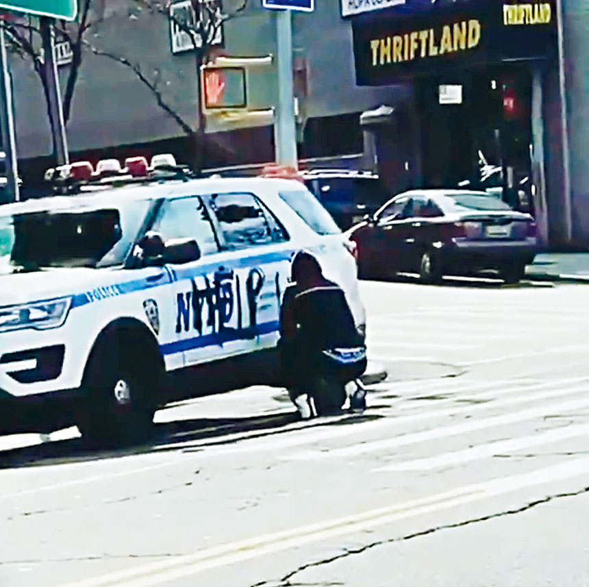 有人在巡邏車側用噴漆寫上「幫助我們」。視頻截圖