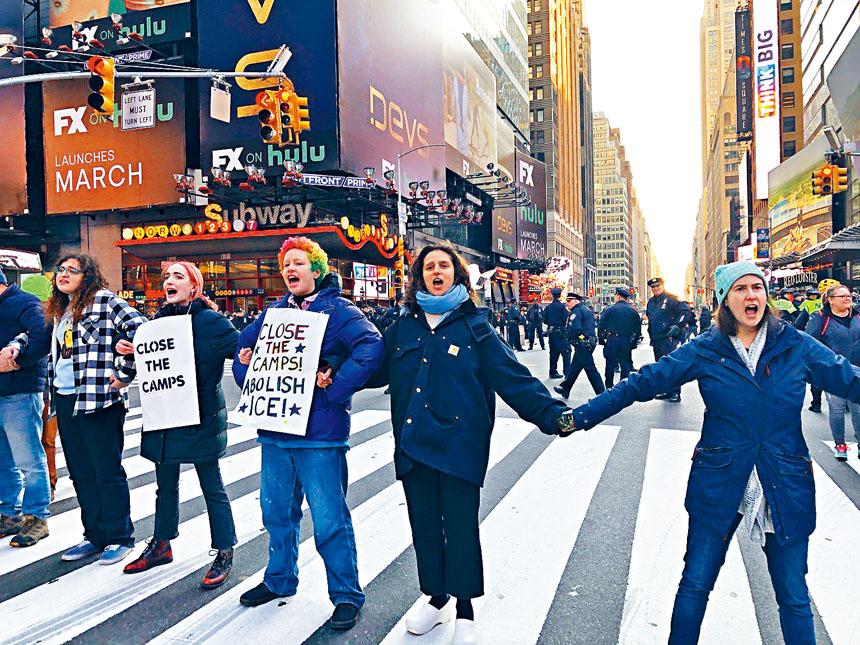 示威者在馬路中心拉起人鏈抗議。       推特圖片