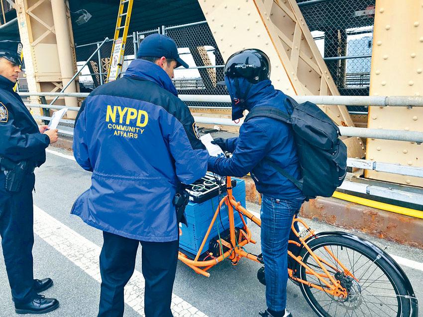 警方在皇后區大橋提醒外賣郎要注意安全。推特圖片