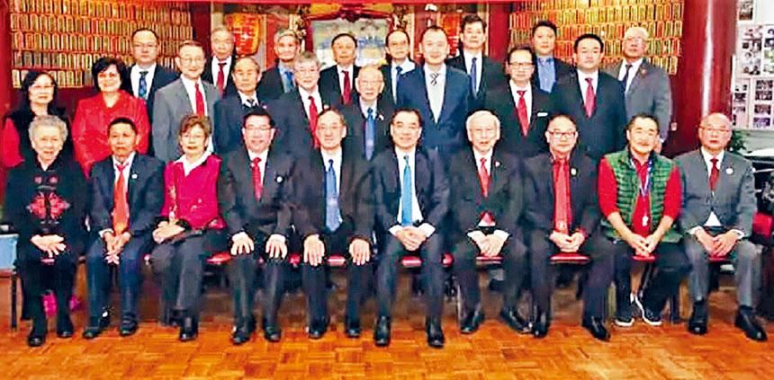 黃屏(前排中)同黃氏宗親會職員在黃氏大樓合影。主辦方提供