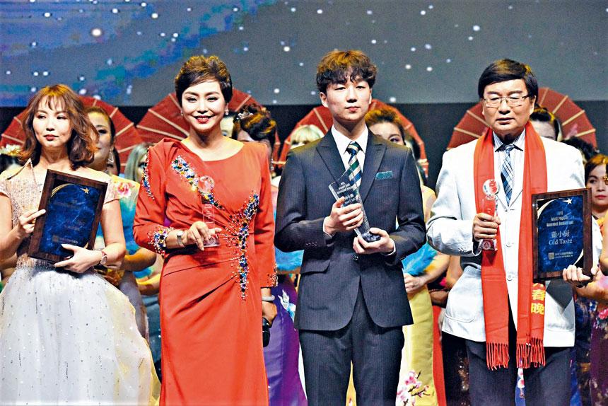 劉瑋(左二)是第七屆海外春晚主持人之一。