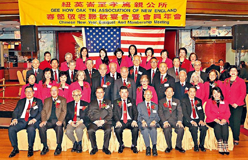 (前排)元老陳仕維(左一)、陳毓禮(左三)、陳毓璇(右四)、陳建立(右三)同公所職員們合影。黃定國攝