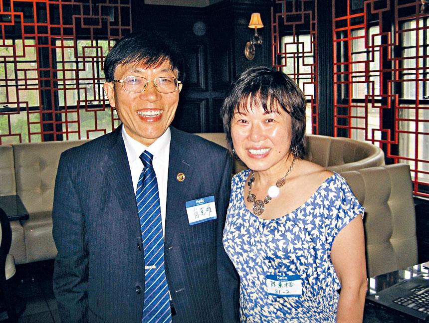 在校友活動中,陳素描(右)同同濟醫學院辦公室主任肖克難合影。檔案圖片