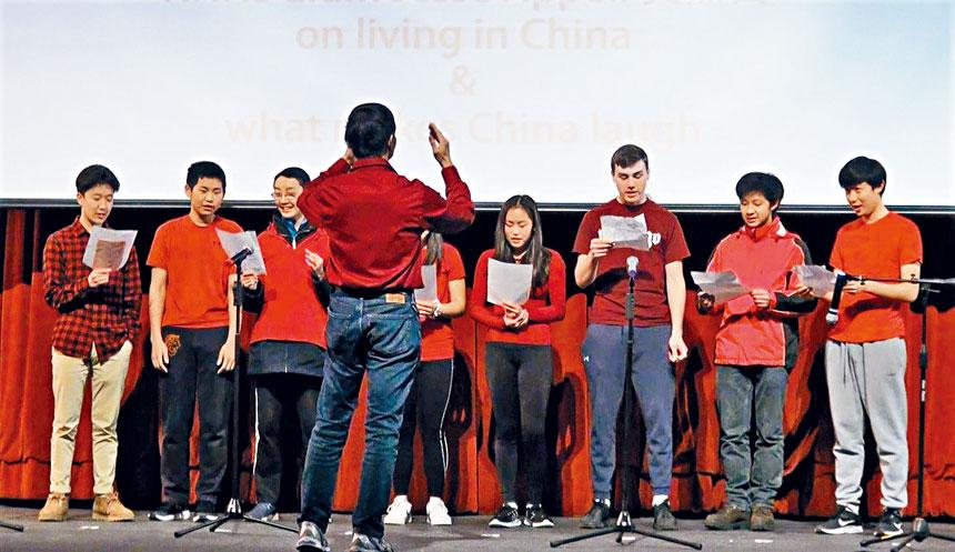 牛頓北高中的學生表演合唱。