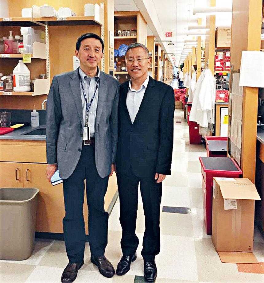 中國駐紐約總領館科技參贊邢繼俊(右)與盧山教授合影。檔案圖片
