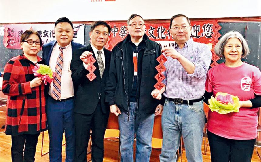 歐宏偉(左三)同鄭慧民(右二)等中華公所職員合影。