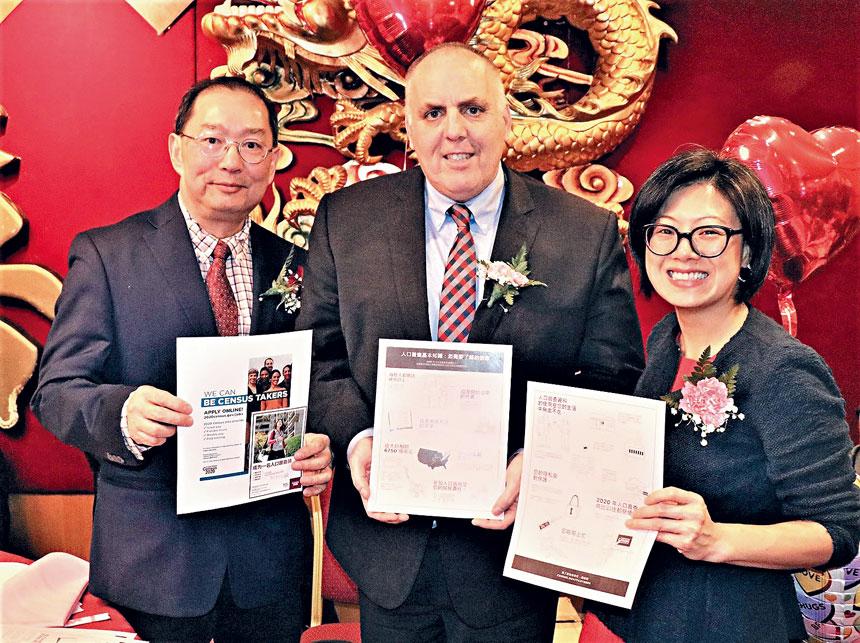 (左起)鄭慧民、費連、陳玉珍手持人口普查宣傳資料合影。李强攝
