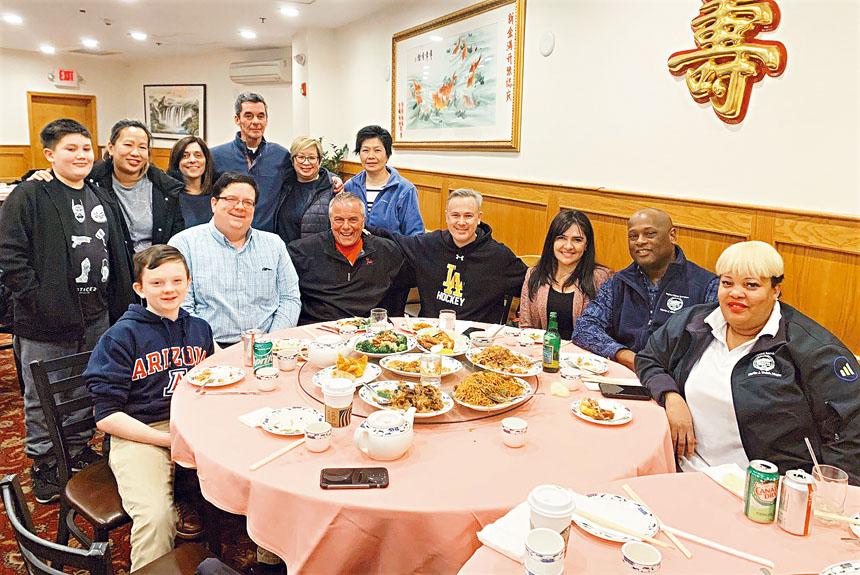 波士頓衛生局官員帶家人在華埠用餐。