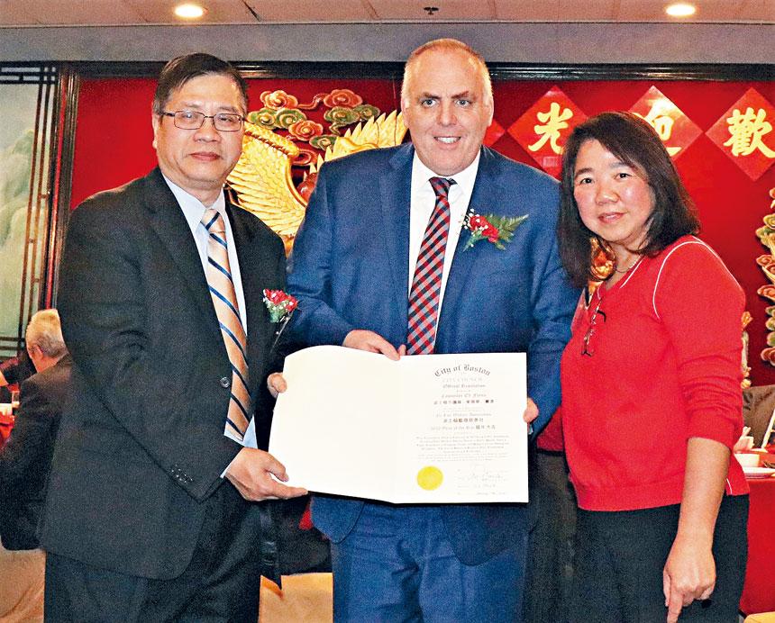 (左起)湯偉雄主席接受費連議員頒發嘉獎狀。李强攝