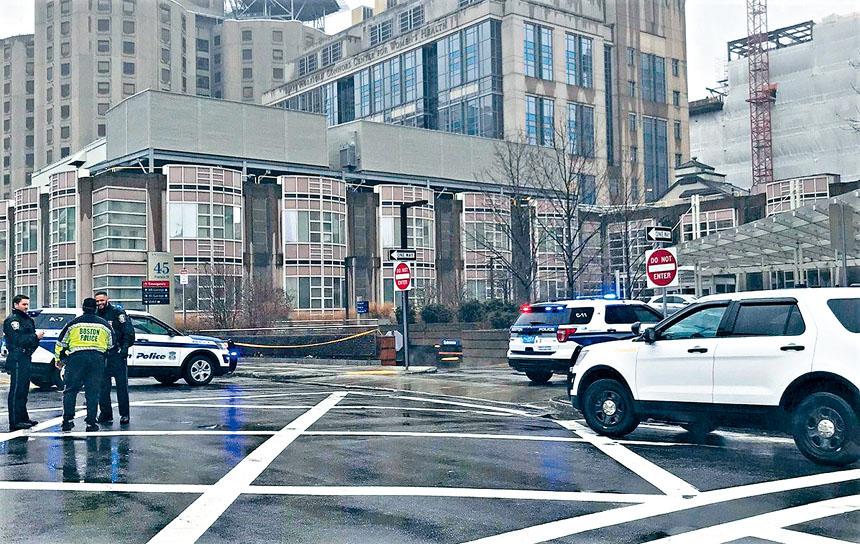 警方將布萊根婦女醫院附近的街區封鎖。來自推特