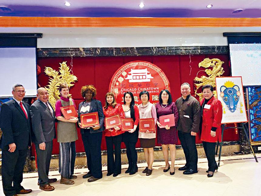 華商會在春節聯歡會中,將龍舟賽所得之盈餘捐贈予四所小學、兩間慈善機構。梁敏育攝