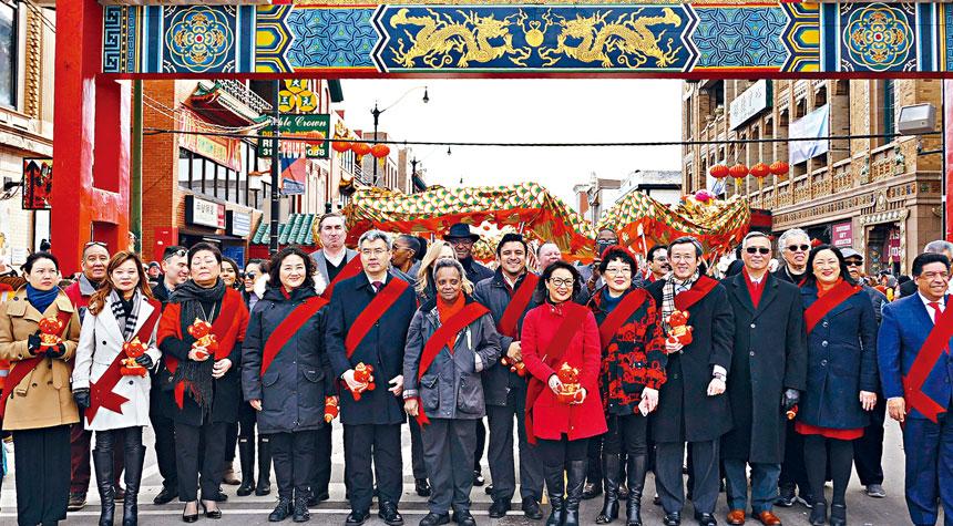 芝唐人街舉行鼠年新春大遊行。市長萊德福特(左6)、中國駐芝加哥總領館趙建總領事(左5)、邊志春副總領事(左4)都是第一次參與華埠慶祝中國新年遊行,顯露出喜氣洋洋過大年的開心。梁敏育攝