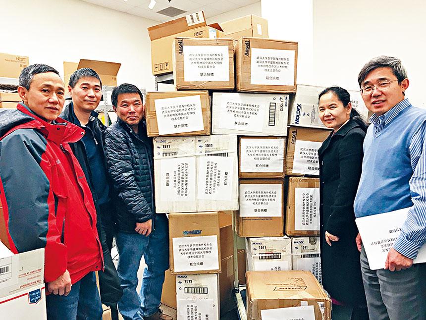 大專聯會長李民與武漢大學校友會的志願者們,冒雨驅車趕往巴爾地摩市的兩處倉庫搶購醫療物資。