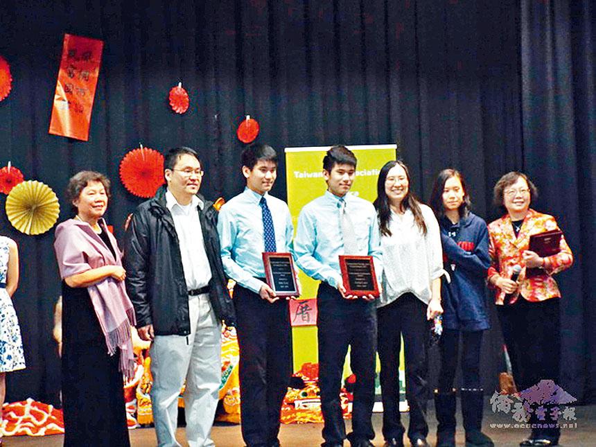 台灣青少年才藝基金會頒發獎學金,董事長胡玉蓉(左一)、志工林青棻(右一)與得獎學員合影。