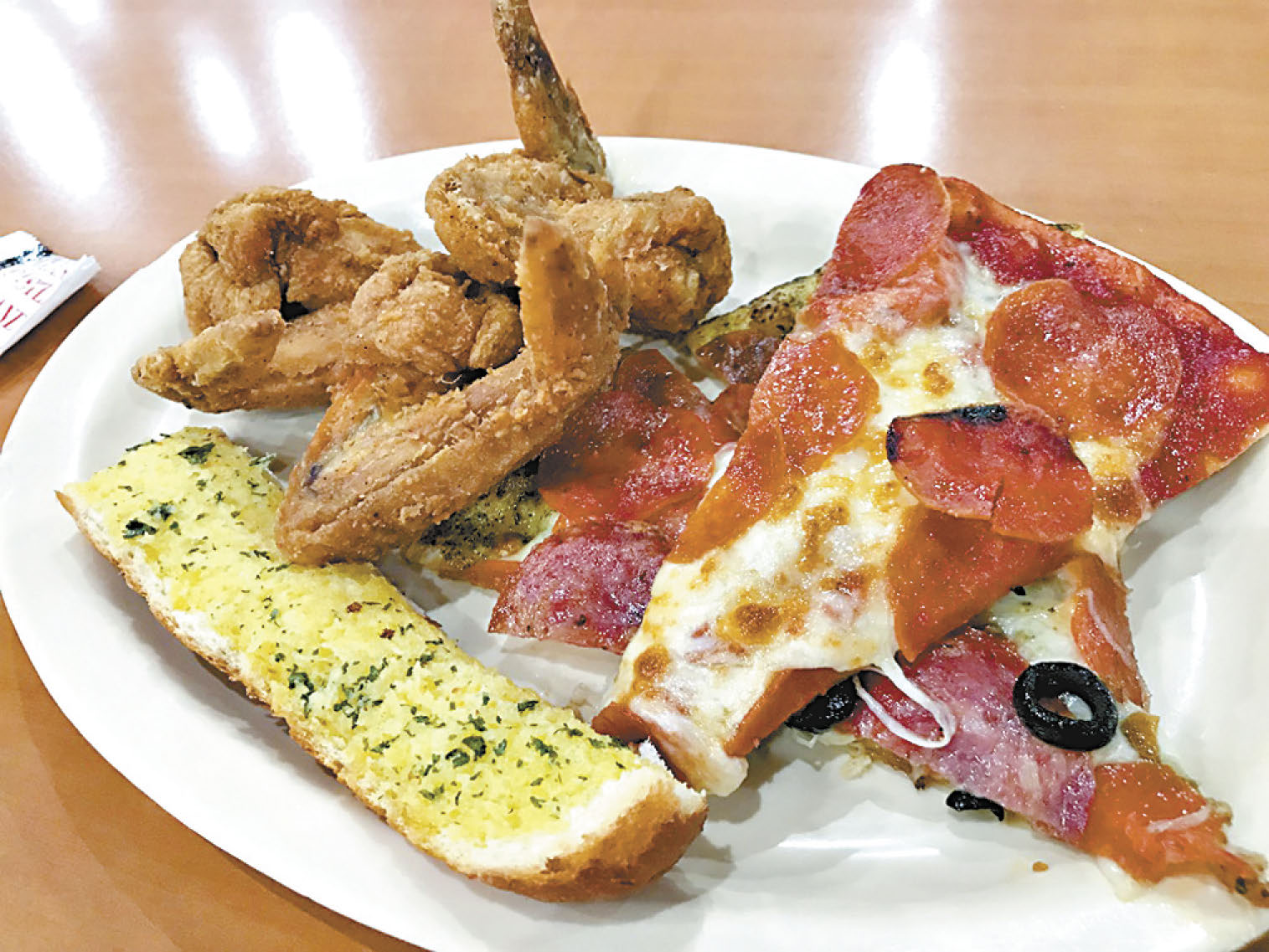 炸雞翅、蒜香麵包、Pepperoni 義大利辣味香腸披薩,頭盤的開胃菜就以充滿美式風情的高熱量食物組合來開啟開懷飽餐一頓的序幕。
