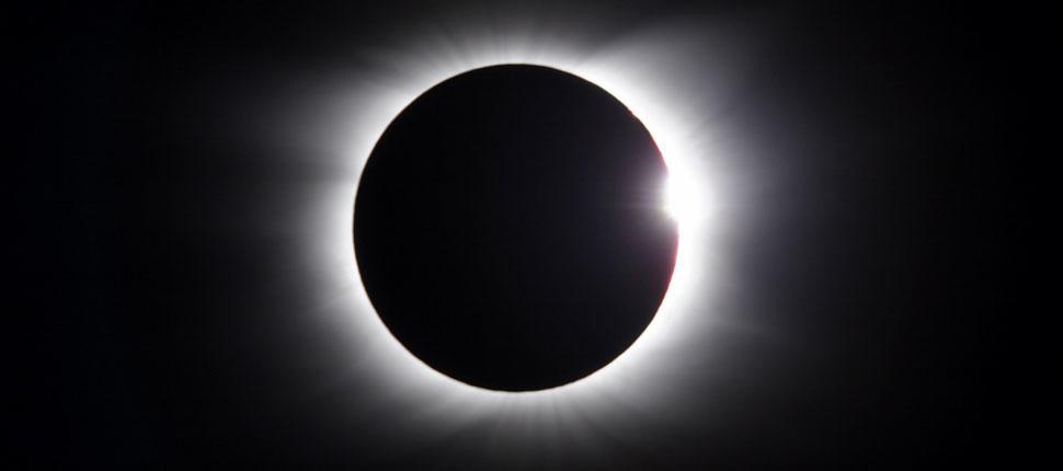 18日出現地球、月球與火星罕見排成一線的天象,洛杉磯本地上空可見。網絡圖