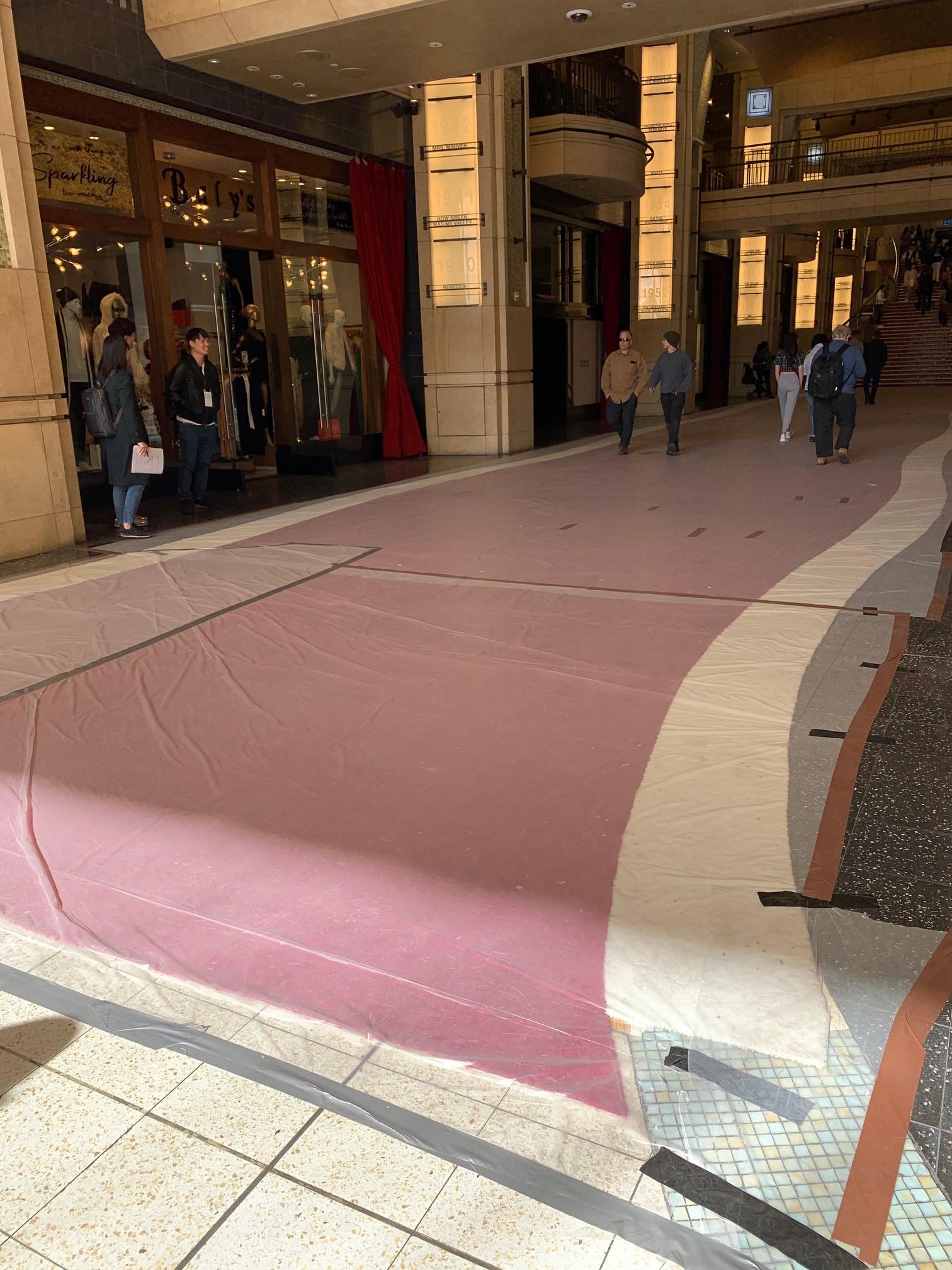 劇院內走道紅地毯大部分已鋪設完成,暫時先以塑膠套覆蓋。記者史琇逸攝