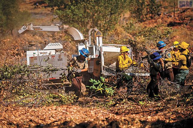 聯邦土地管理署將撥款在加州等美西地區建立防火線,對抗日益嚴峻的山火挑戰,圖為去年7月底山火管理小組工作人員在內華達山腳Colfax社區動手清理植被。美聯社資料圖片