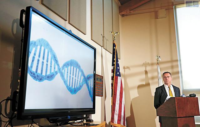 戴維斯出獄後與母親(右)緊緊擁抱。小圖為愛多拉多縣地檢官皮亞臣介紹利用DNA證據還人清白。美聯社