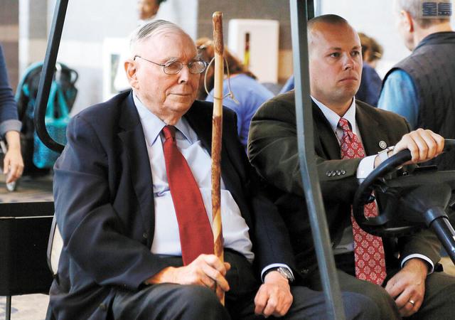 芒格(左)評價特斯拉CEO馬斯克「很特別」。資料圖片