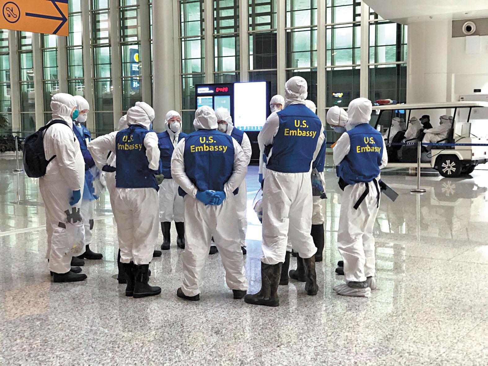 從中國撤僑回美國的人員中,出現確證病例。圖為美國工作人員在機場商量事宜。路透社