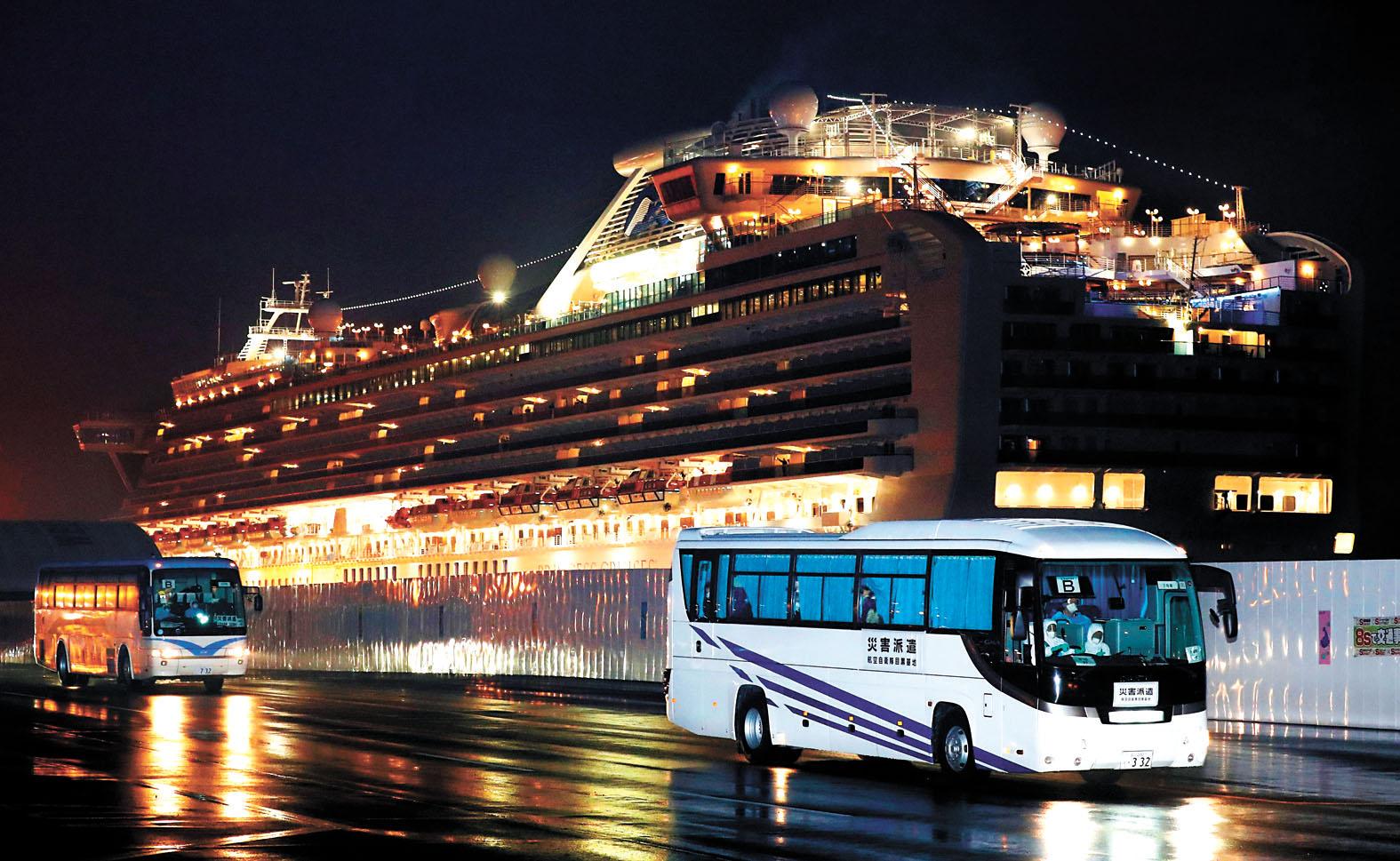 17日清晨,巴士將「鑽石公主號」上三百多名美國遊客,送到東京國際機場,並登上兩架包機。美聯社