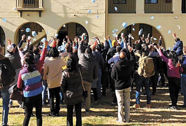 允許返家的僑民們歡天喜地扔口罩表示慶祝。河濱縣衛生局