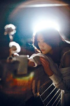 謝安琪為拍音樂映畫,大膽地登上五層樓高的燈橋。