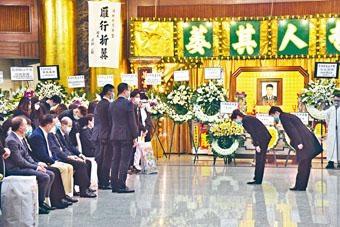 行政長官林鄭月娥(右二)向殉職關員家屬回禮。
