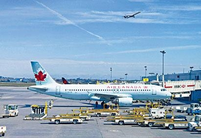 蒙特利爾國際機場停機坪上的加航客機。