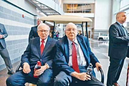 巴菲特(左)以及芒格都屬高齡。巴菲特表示,已經準備好自己與芒格離開。