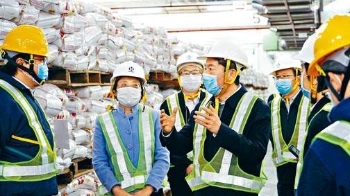 駱惠寧(右)到訪招商局米倉。