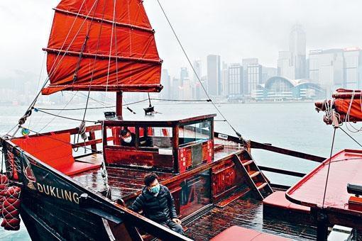 乘坐帆船遊覽的旅客亦戴上口罩。