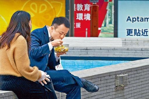 經濟疲弱,市民只好節衣縮食。