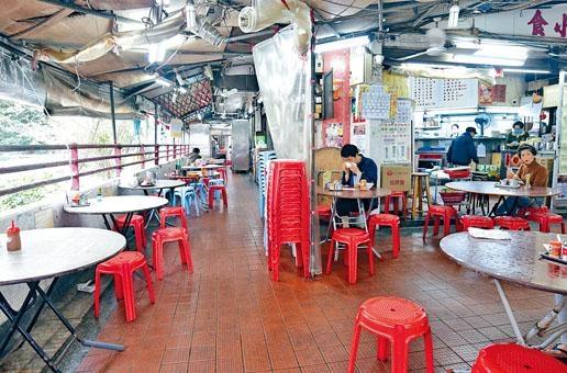 市民減少外出,食店中午飯時間空位較食客多的苦況。