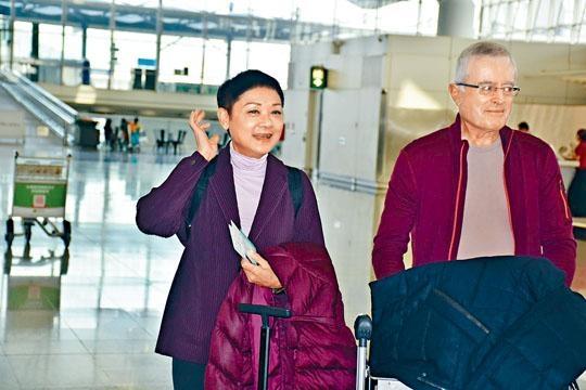葉麗儀與老公表示上機後便會戴口罩。