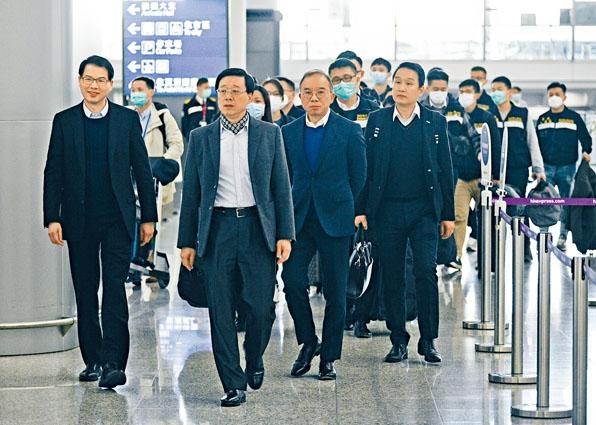 保安局副局長區志光(左)和入境處處長曾國衞(右二)率團隊,啟程往日本橫濱協助「鑽石公主號」滯留港人。