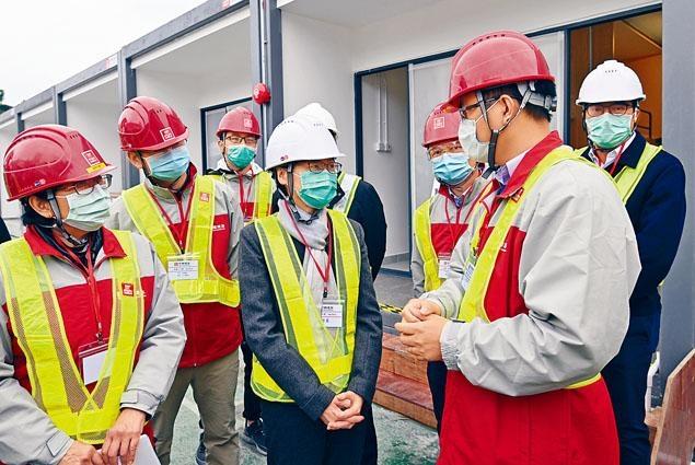 特首林鄭日前到鯉魚門公園度假村視察以組合屋形式增建流動單位的工程。